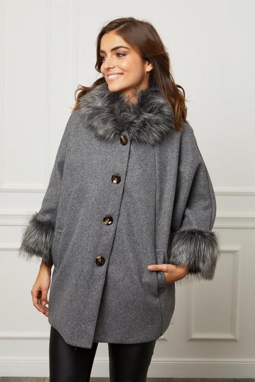 Manteau trois quart boutonné style capeline